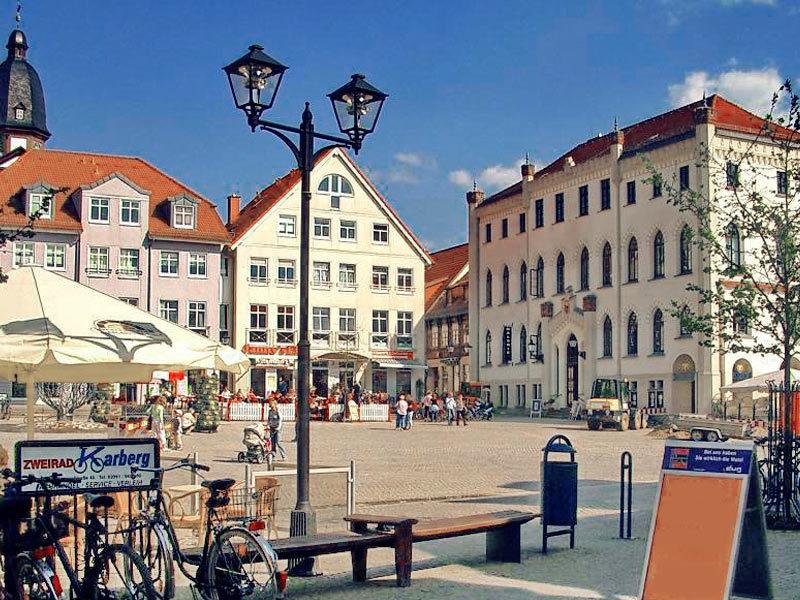 Direkt am Neuen Markt steht das Neue (inzwischen auch alte) Rathaus (rechts), hier befindet sich das Stadtmuseum. Foto: Archiv Nordkurier