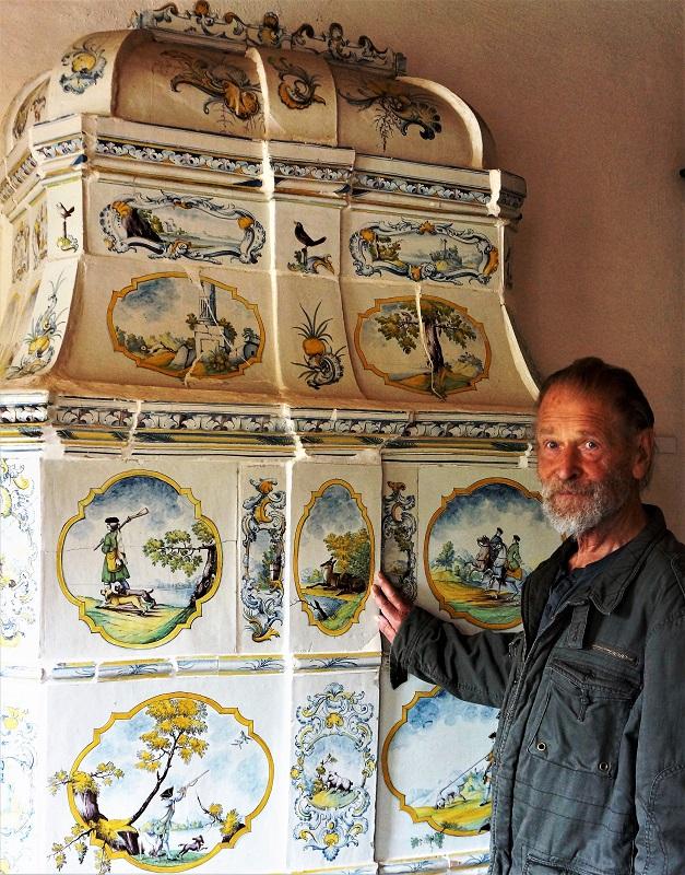 Franz Poppe ist die gute Seele der Kachelofenfabrik. Foto: Archin Nordkurier