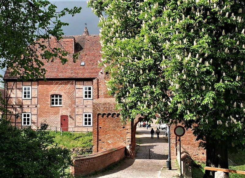Auch romantisch: Blick durch das Haupttor von Burg Stargard. Foto: Archiv Nordkurier