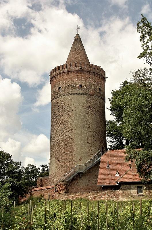 Der imposante Bergfried der Burg dient als Aussichtsturm. Foto: Archiv Nordkurier