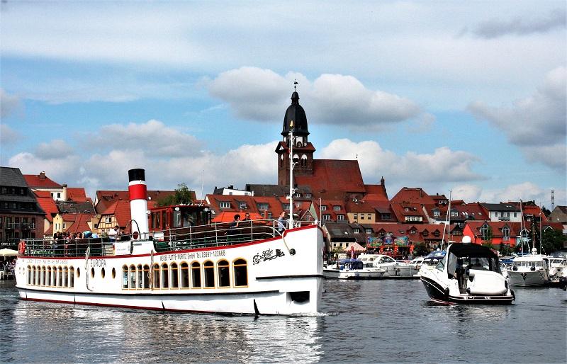 """Blick von der Binnenmüritz auf die Warener Altstadt mit der Marienkirche. Die """"Europa"""" läuft aus zu einr kleinen Seenrundfahrt. Foto: Hartmut Nieswandt"""