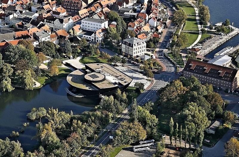 """Blick von oben auf das """"Müritzeum"""": Rechts ist die Müritz, links steht das Müritzeum im Herrensee. Foto: Archiv Nordkurier"""