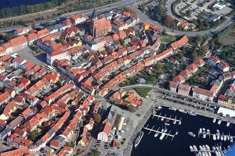Der Hafen liegt unmittelbar an der Altstadt von Waren an der Müritz. Foto: Hartmut Nieswandt