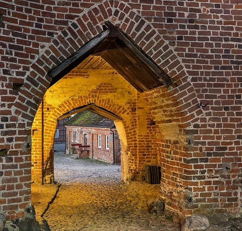 Blick durch das Obere Tor der Burg Stargard. Foto: Archiv Nordkurier