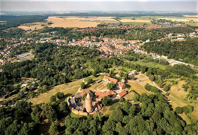 Das Luftbild zeigt die Burg (vorn) und die Stadt Burg Stargard. Foto: Archiv Nordkurier