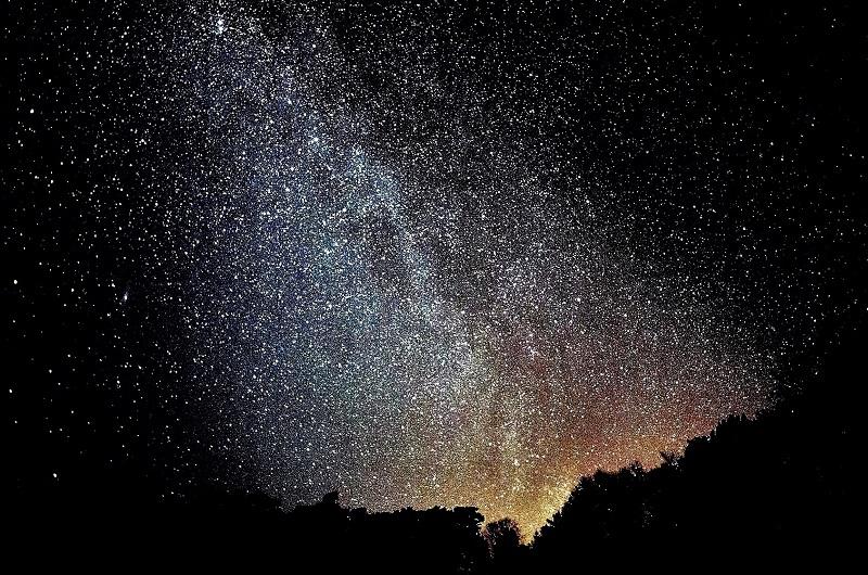 Das ist kein Vulkan sondern der ganz normale Sternenhimmel über dem Naturpark. Foto: Archiv Nordkurier