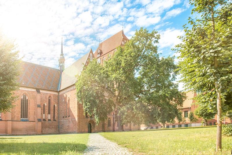 Der Güstrower Dom ist eine Kirche im Stil der Norddeutschen Backsteingotik.