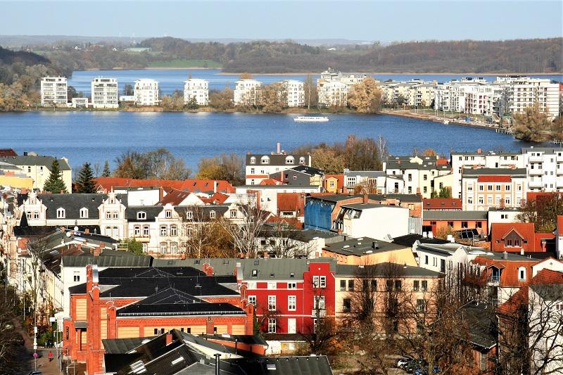 Der Blick aus 50 Metern Höhe beweist: Schwerin ist eine Stadt der Seen.