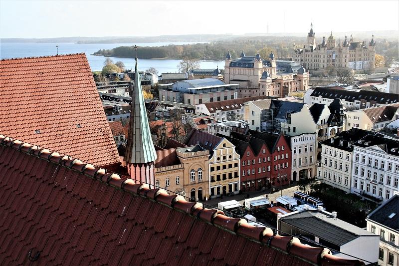 Blick vom Domturm zum Märchenschloss. Links ist der Schweriner See zu sehen.