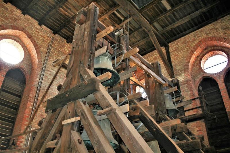 Auf dem Weg nach oben passiert der Besucher übrigens fünf Glocken, von denen die älteste aus dem Jahr 1363 stammt.