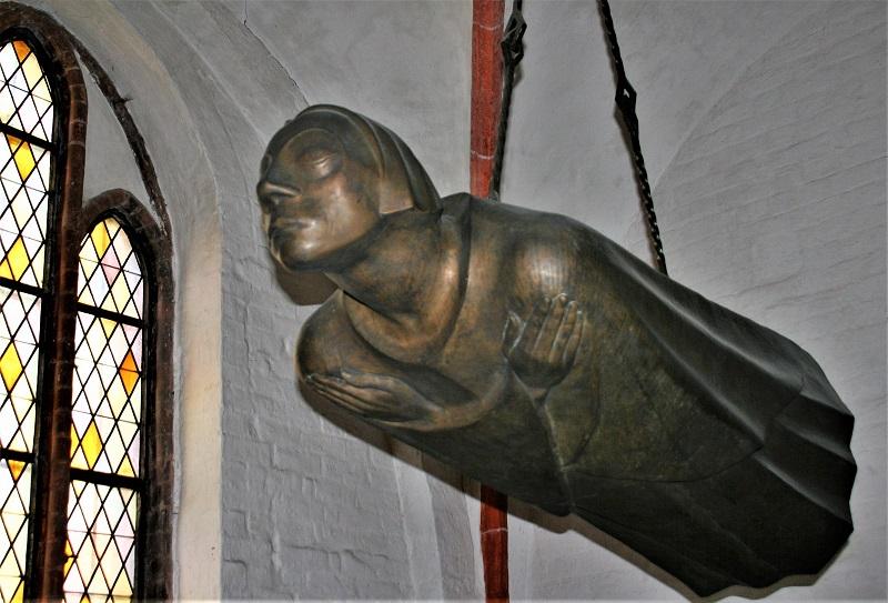 """Der Schwebende"""" von Ernst Barlach ist eine überlebensgroße Bronzefigur, die Ernst Barlach 1927 als Mahnmal für die Gefallenen des Ersten Weltkriegs schuf."""