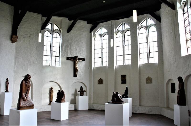 Die Kapelle beherbergt etwa 30 Plastiken und Reliefs von Ernst Barlach, die in seiner Güstrower Zeit entstanden.