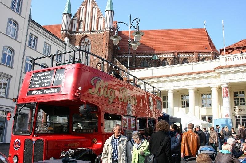 Auf dem Marktplatz beginnen die Ausflüge in die Stadt. Der Dom ist nicht zu übersehen. Fotos: Hartmut Nieswandt