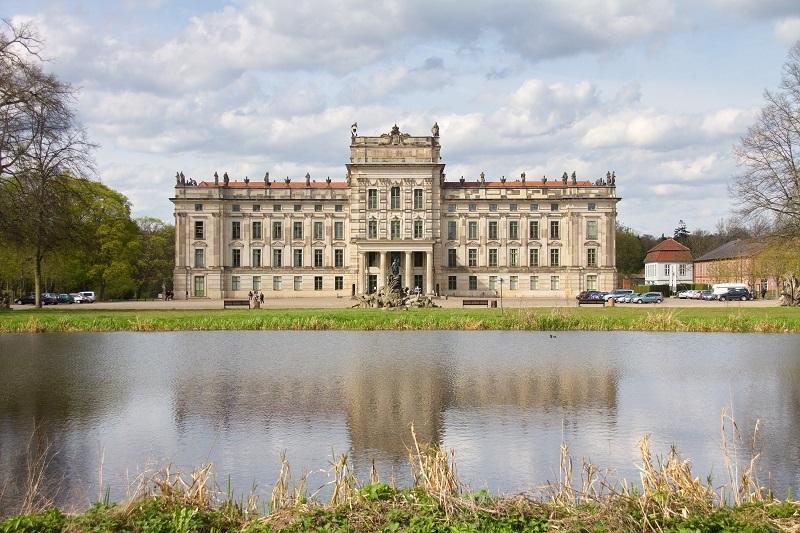 Das Barockschloss ist wunderschön gelegen zwischen den Ludwigsluster Gewässern.