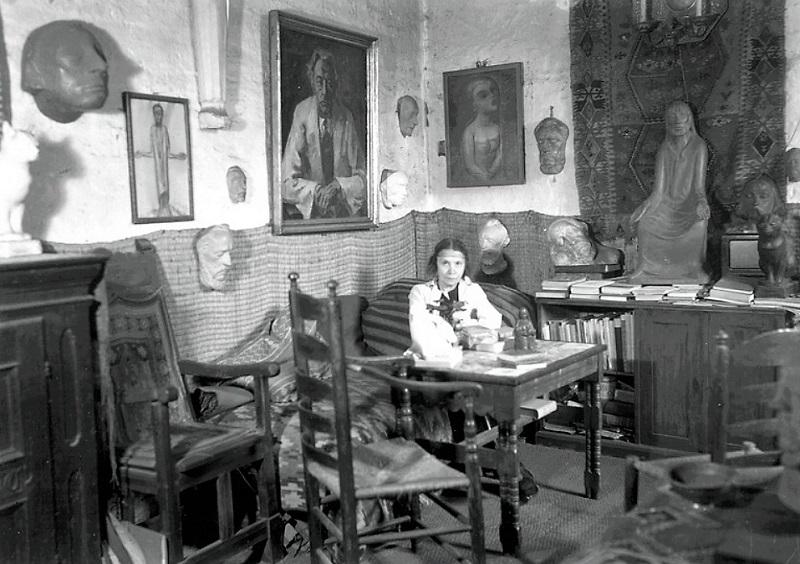 Marga Böhmer im Jahr 1951 in ihrer Wohnung in der Gertrudenkapelle in Güstrow. Foto: Deutsche Fotothek