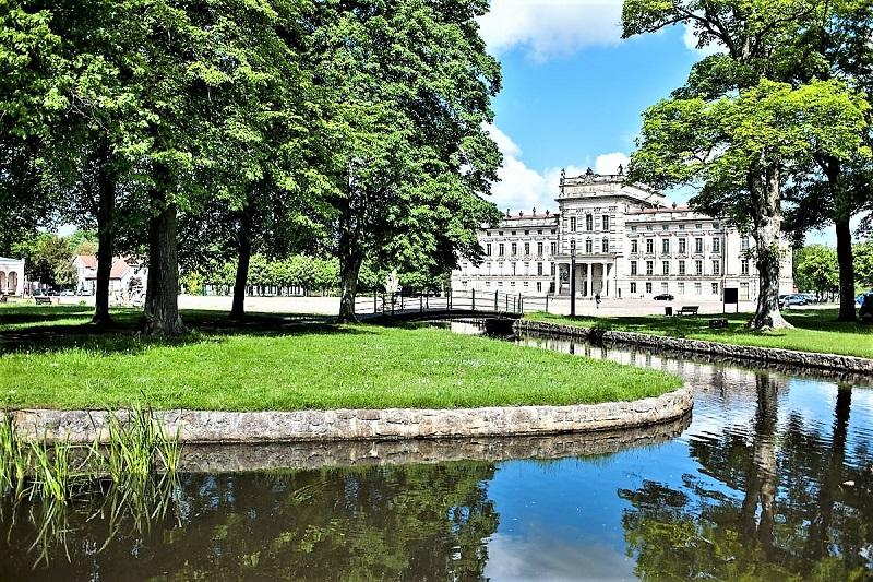 Egal aus welchem Blickwinkel man das Barockschloss betrachtet - Wasser spielt fast immer eine Rolle.