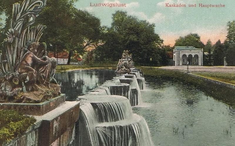 Die historische Ansichtskarte zeigt Kaskaden in der Stadt. Die sprudeln heute noch.