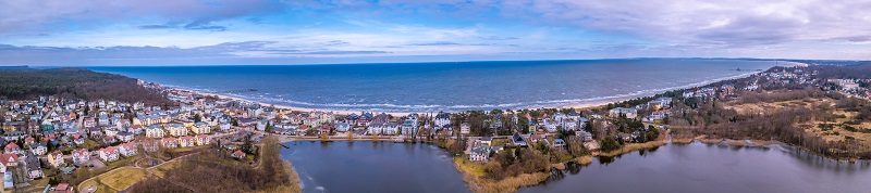 Bansin aus der Vogelperspektive, im Vordergrund ist der Schloonsee, im Hintergrund die Ostsee.