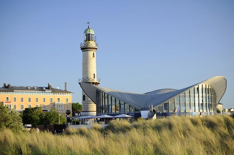 Wahrzeichen von Warnemünde: Der 122 Jahre alte Leuchtturm und der Teepott von Star-Architekt Ulrich Müther