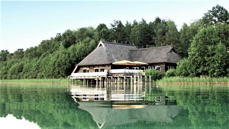 Das Bootshaus der ehemaligen Jagdresidenz von Erich Honecker am Drewitzer See, die heute ein Ferienressort ist. Foto: Archiv Nordkurier